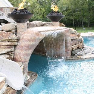 Foto de piscina con tobogán natural rústica