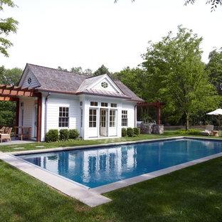 Idee per una piscina monocorsia stile marinaro rettangolare dietro casa con lastre di cemento