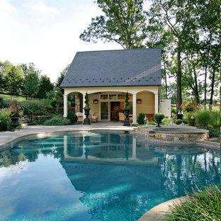 Ejemplo de casa de la piscina y piscina tradicional, grande, a medida