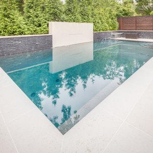 ワシントンD.C.の中くらいの長方形コンテンポラリースタイルのおしゃれなプール (噴水、スタンプコンクリート舗装) の写真