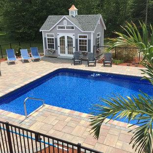 Imagen de casa de la piscina y piscina natural, clásica renovada, grande, en forma de L, en patio trasero, con adoquines de hormigón