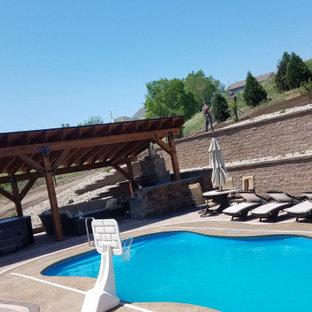 Diseño de piscina vintage, grande, en patio trasero, con adoquines de hormigón