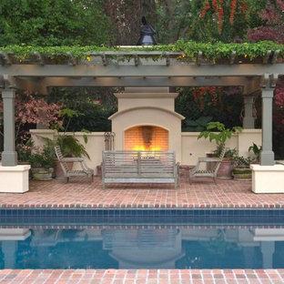 Modelo de casa de la piscina y piscina alargada, mediterránea, grande, rectangular, en patio trasero, con adoquines de ladrillo