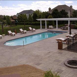 Modelo de casa de la piscina y piscina alargada, retro, grande, rectangular, en patio trasero, con adoquines de hormigón