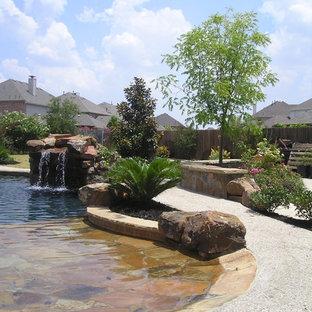 Foto de piscina con fuente natural, de estilo americano, grande, a medida, en patio trasero, con losas de hormigón