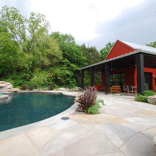 Diseño de piscina contemporánea con adoquines de piedra natural