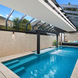 Immagine di una piscina coperta monocorsia etnica rettangolare di medie dimensioni con una dépendance a bordo piscina e piastrelle