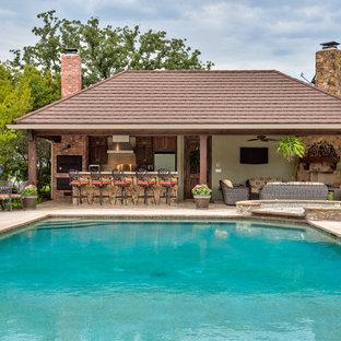 Ejemplo de casa de la piscina y piscina alargada, de estilo americano, grande, rectangular, en patio trasero, con suelo de baldosas