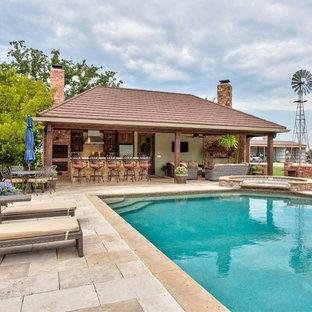 Foto de casa de la piscina y piscina alargada, de estilo americano, grande, rectangular, en patio trasero, con suelo de baldosas