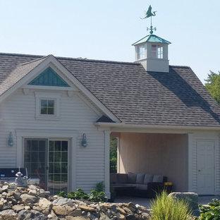 Foto de casa de la piscina y piscina natural, de tamaño medio, tipo riñón, en patio lateral, con adoquines de piedra natural