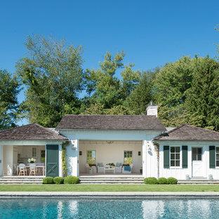 Diseño de casa de la piscina y piscina de estilo de casa de campo, de tamaño medio, rectangular, en patio trasero