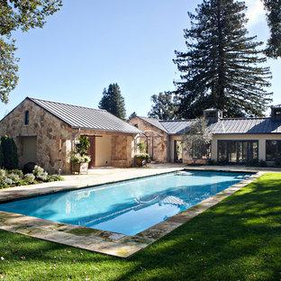 Großes Landhaus Sportbecken hinter dem Haus in rechteckiger Form mit Poolhaus und Natursteinplatten in San Francisco