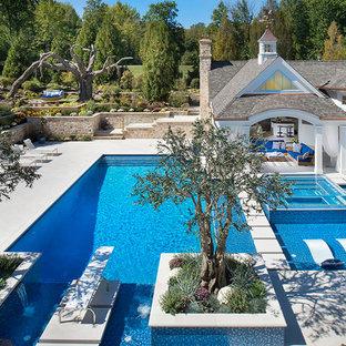 Mediterraner Pool hinter dem Haus in rechteckiger Form mit Poolhaus und Betonplatten in Cleveland
