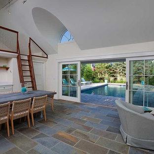 Modelo de casa de la piscina y piscina alargada, tradicional, grande, rectangular, en patio trasero, con adoquines de hormigón