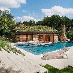 Cette photo montre des abris de piscine et pool houses arrière tendance en L.