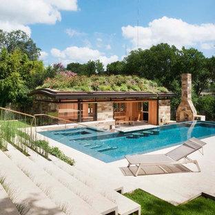 Imagen de casa de la piscina y piscina alargada, retro, en forma de L, en patio trasero