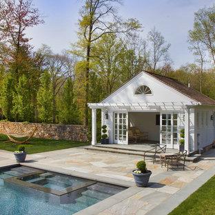 Inspiration för en vintage rektangulär pool, med poolhus