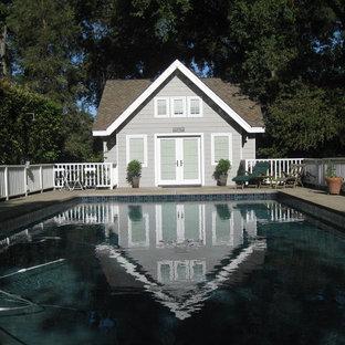 Foto de casa de la piscina y piscina alargada, bohemia, pequeña, rectangular, en patio trasero, con losas de hormigón
