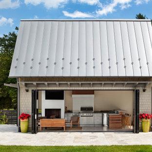 Ejemplo de casa de la piscina y piscina clásica renovada, extra grande, en patio trasero