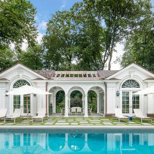 Ejemplo de casa de la piscina y piscina costera, rectangular, en patio trasero