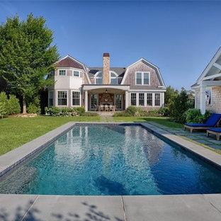 Diseño de casa de la piscina y piscina alargada, costera, de tamaño medio, rectangular, en patio trasero, con adoquines de hormigón