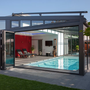 Mittelgroßer Moderner Indoor-Pool in rechteckiger Form mit Betonplatten in Hamburg