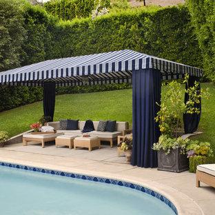 Diseño de piscina clásica renovada, redondeada, con suelo de hormigón estampado
