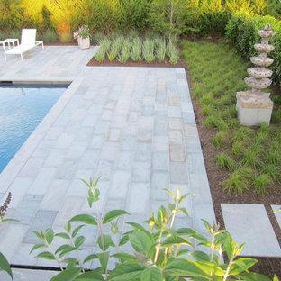 Diseño de piscina de estilo zen, de tamaño medio, rectangular, en patio trasero, con adoquines de piedra natural