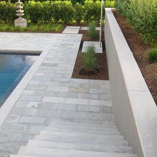Imagen de piscina asiática, de tamaño medio, rectangular, en patio trasero, con adoquines de piedra natural