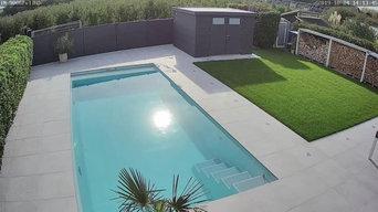 Pool mit Rolllo und Terrasse