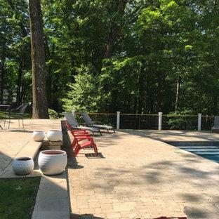 Imagen de piscina romántica, pequeña, rectangular, en patio trasero, con adoquines de hormigón