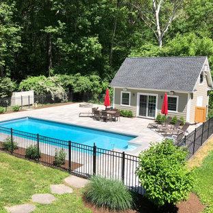 Modelo de piscina natural, contemporánea, rectangular, en patio trasero, con adoquines de piedra natural