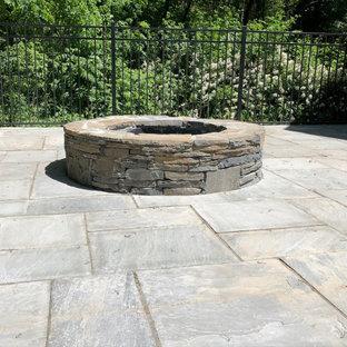 Cette photo montre une piscine naturelle et arrière tendance rectangle avec un aménagement paysager autour d'une piscine et des pavés en pierre naturelle.