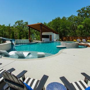 Imagen de piscina con tobogán natural, clásica renovada, grande, a medida, en patio trasero, con losas de hormigón