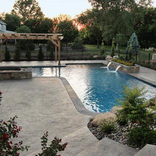 Diseño de piscinas y jacuzzis naturales, contemporáneos, grandes, en forma de L, en patio trasero, con suelo de hormigón estampado