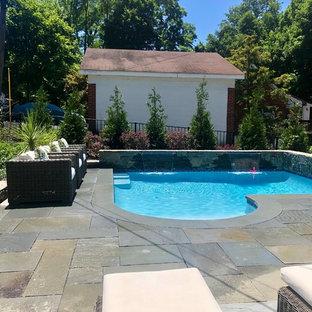 Imagen de piscina con fuente natural, bohemia, pequeña, a medida, en patio lateral, con adoquines de piedra natural