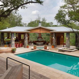 Imagen de casa de la piscina y piscina clásica renovada, extra grande, rectangular, en patio trasero, con adoquines de hormigón