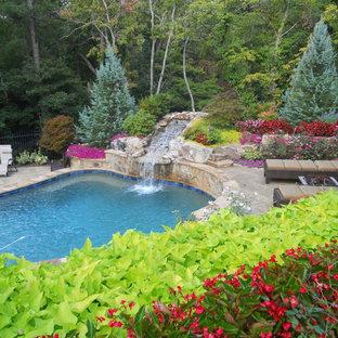Diseño de piscina con fuente clásica a medida