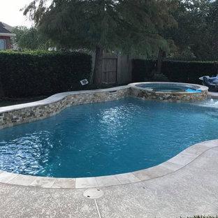 Foto de piscina natural, de estilo americano, de tamaño medio, a medida, en patio trasero, con losas de hormigón