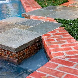 Imagen de piscina con fuente alargada, ecléctica, pequeña, a medida, en patio trasero, con adoquines de ladrillo
