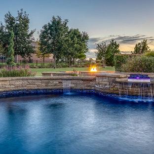 Imagen de piscinas y jacuzzis naturales, clásicos, grandes, tipo riñón, en patio trasero, con suelo de baldosas