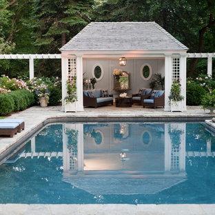 Diseño de casa de la piscina y piscina alargada, tradicional, de tamaño medio, rectangular, en patio trasero, con adoquines de piedra natural