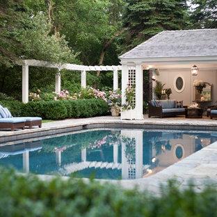 Imagen de casa de la piscina y piscina natural, tradicional, de tamaño medio, rectangular, en patio trasero, con adoquines de piedra natural
