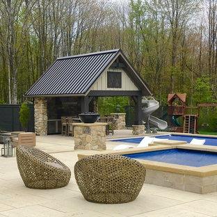 Ejemplo de casa de la piscina y piscina urbana en patio trasero