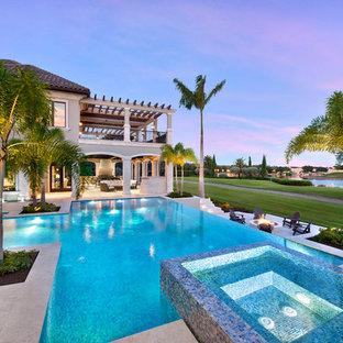 Foto de piscina infinita, tradicional renovada, extra grande, a medida, en patio trasero