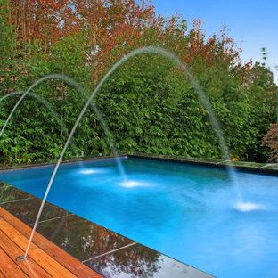 Modelo de piscina con fuente natural, moderna, pequeña, a medida, en patio, con entablado