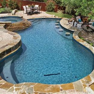 Ejemplo de piscinas y jacuzzis naturales, tradicionales, grandes, a medida, en patio trasero, con adoquines de piedra natural