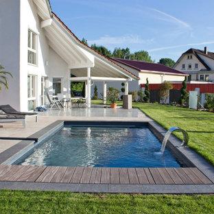 Moderner Pool hinter dem Haus in rechteckiger Form in Nürnberg