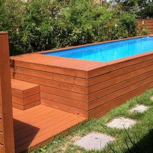 Modelo de piscinas y jacuzzis elevados, tradicionales, extra grandes, rectangulares, en patio trasero, con adoquines de piedra natural