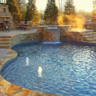 Idee per una grande piscina naturale stile rurale personalizzata dietro casa con pavimentazioni in pietra naturale